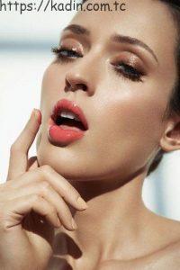 ıslak görünümlü dudaklar